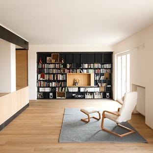 Exempel på ett stort skandinaviskt allrum med öppen planlösning, med vita väggar och ljust trägolv