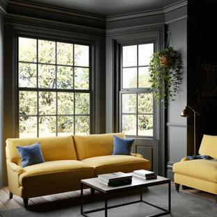 Immagine di un soggiorno chic di medie dimensioni con pareti nere, pavimento in legno massello medio e pavimento marrone