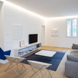 Immagine di un grande soggiorno minimal aperto con pareti bianche, parquet chiaro, TV a parete, pavimento beige e soffitto a cassettoni