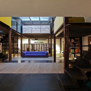 Idéer för ett stort industriellt allrum på loftet, med ett musikrum, vita väggar, ljust trägolv och en dold TV