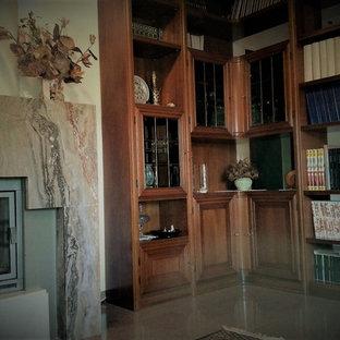 Idee per un grande soggiorno classico aperto con libreria, pareti beige, pavimento in marmo, camino classico, cornice del camino in pietra, parete attrezzata e pavimento rosa