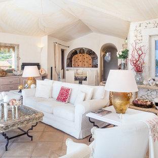 Immagine di un soggiorno mediterraneo aperto con pareti bianche, pavimento in terracotta e pavimento marrone