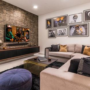 Diseño de sótano actual con paredes marrones y suelo gris
