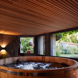 Cette image montre un petit sous-sol bohème avec un sol en ardoise et un plafond en bois.