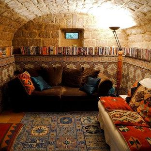 Esempio di una taverna mediterranea seminterrata di medie dimensioni con pareti multicolore, pavimento con piastrelle in ceramica e nessun camino