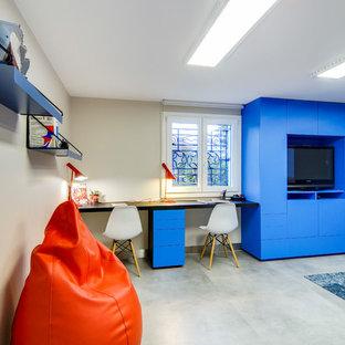 Idées déco pour un grand sous-sol classique donnant sur l'extérieur avec un mur beige, un sol en linoléum et un sol gris.