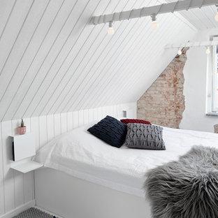 Foto di una piccola camera da letto moderna con pareti bianche, pavimento in legno verniciato e pavimento bianco