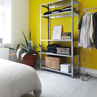 Diseño de dormitorio nórdico, de tamaño medio, con paredes amarillas, suelo de madera pintada y suelo blanco
