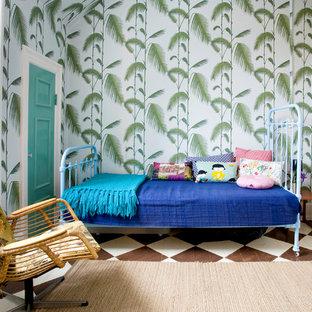 Esempio di una piccola camera degli ospiti tropicale con pareti bianche, pavimento in legno verniciato e nessun camino