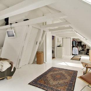 Réalisation d'une chambre mansardée ou avec mezzanine nordique avec un sol en bois peint et un sol blanc.