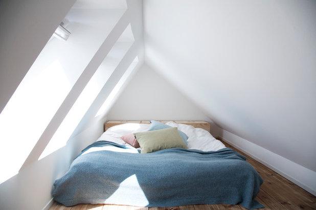 Scandinavian Bedroom by Fotograf Camilla Stephan