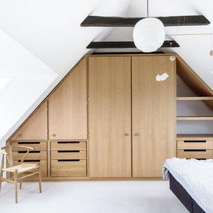 Diseño de dormitorio minimalista, de tamaño medio, con moqueta y suelo blanco