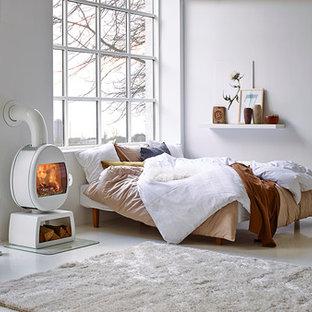 Mittelgroßes Nordisches Schlafzimmer mit weißer Wandfarbe und weißem Boden in Odense