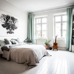 Idéer för ett stort skandinaviskt huvudsovrum, med vita väggar, målat trägolv och vitt golv
