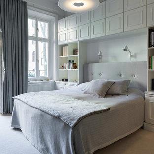 Diseño de dormitorio principal, tradicional, grande, sin chimenea, con paredes grises y moqueta