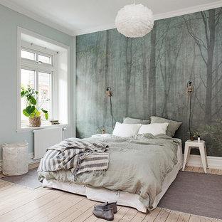 На фото: с высоким бюджетом большие хозяйские спальни в скандинавском стиле с светлым паркетным полом и синими стенами без камина