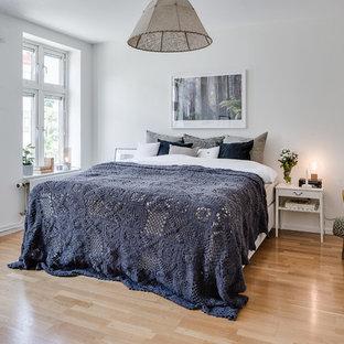 Idéer för mellanstora vintage huvudsovrum, med vita väggar och mellanmörkt trägolv