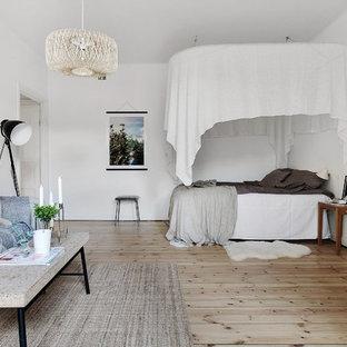 Inspiration för ett minimalistiskt sovrum, med vita väggar, ljust trägolv och beiget golv