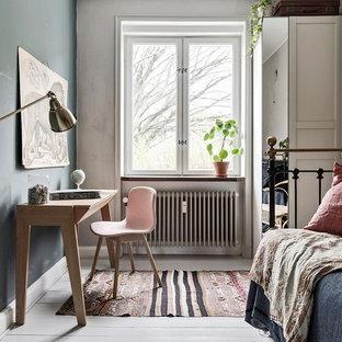 Inspiration för skandinaviska sovrum, med målat trägolv och vitt golv