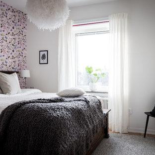 Inspiration för ett minimalistiskt sovrum, med vita väggar, mellanmörkt trägolv och brunt golv