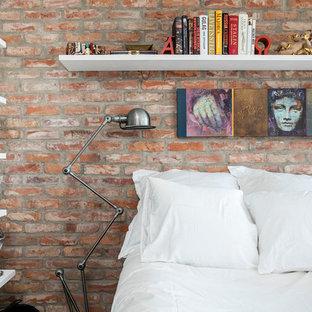 Idéer för att renovera ett litet eklektiskt sovrum, med orange väggar