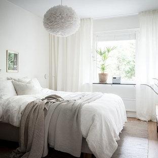 Inspiration för ett nordiskt sovrum, med vita väggar, ljust trägolv och beiget golv