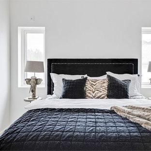 Idéer för vintage gästrum, med vita väggar, ljust trägolv och beiget golv