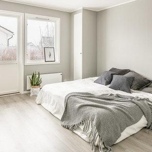 Inspiration för ett skandinaviskt sovrum, med grå väggar och grått golv