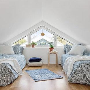 Inspiration för ett minimalistiskt gästrum, med vita väggar och ljust trägolv