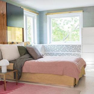 Inspiration för mellanstora moderna huvudsovrum, med blå väggar och ljust trägolv