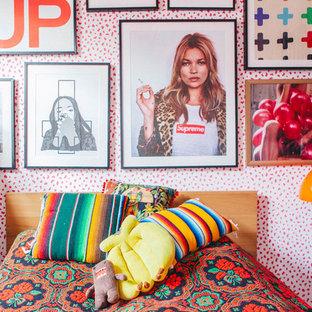 Immagine di una camera degli ospiti bohémian con pareti multicolore