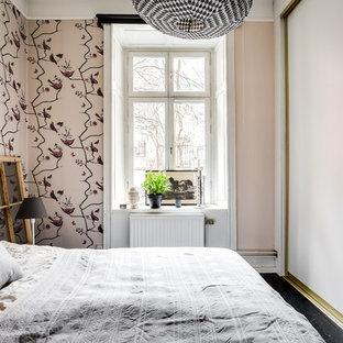 Ispirazione per una camera da letto shabby-chic style con pareti rosa e pavimento nero