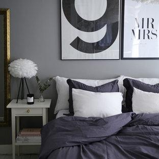 Imagen de dormitorio principal, nórdico, pequeño, con paredes grises y suelo de madera clara