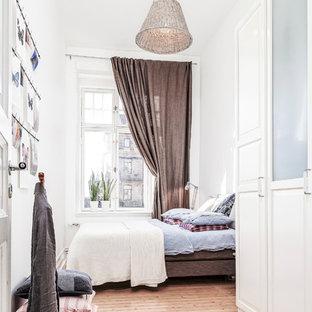 Свежая идея для дизайна: большая хозяйская спальня в скандинавском стиле с белыми стенами и светлым паркетным полом - отличное фото интерьера