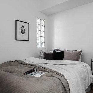 Diseño de dormitorio principal, escandinavo, de tamaño medio, con paredes blancas