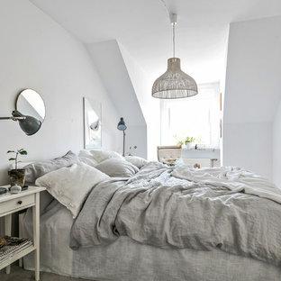 Bild på ett mellanstort skandinaviskt huvudsovrum, med vita väggar