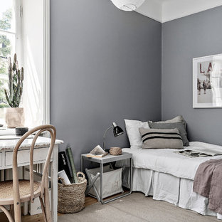 Bild på ett mellanstort nordiskt gästrum, med grå väggar