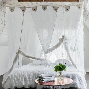 Bild på ett eklektiskt sovrum, med vita väggar, heltäckningsmatta och grått golv