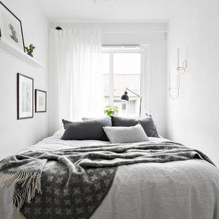 Inspiration för små skandinaviska huvudsovrum, med vita väggar