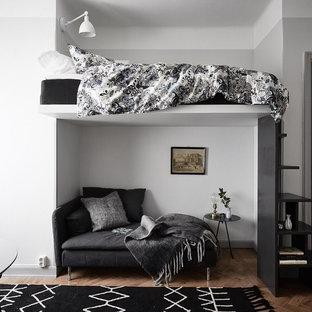 Bild på ett litet minimalistiskt sovloft, med grå väggar, mellanmörkt trägolv och brunt golv