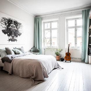 Inspiration för ett mellanstort nordiskt huvudsovrum, med vita väggar och målat trägolv
