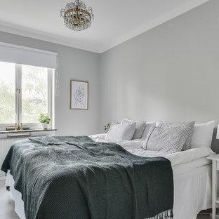 Inspiration för mellanstora skandinaviska sovrum, med grå väggar, målat trägolv och vitt golv