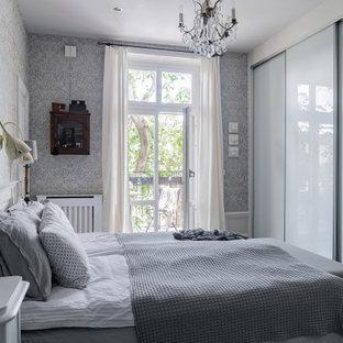 Idéer för mellanstora skandinaviska sovrum, med grå väggar, mörkt trägolv och svart golv
