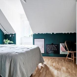 Idéer för ett minimalistiskt sovrum, med blå väggar, ljust trägolv och beiget golv