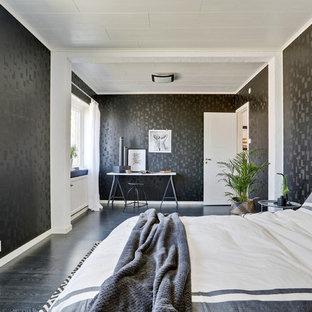 Inspiration för ett funkis sovrum, med svarta väggar, mörkt trägolv och svart golv