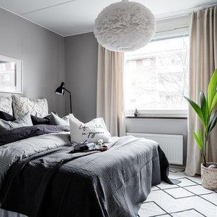 Inspiration för ett nordiskt sovrum, med grå väggar, mellanmörkt trägolv och brunt golv