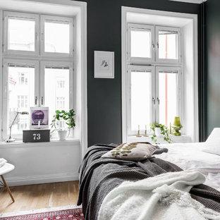 Idéer för att renovera ett mellanstort skandinaviskt huvudsovrum, med mellanmörkt trägolv, brunt golv och gröna väggar