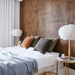 Idéer för ett modernt sovrum, med bruna väggar och heltäckningsmatta