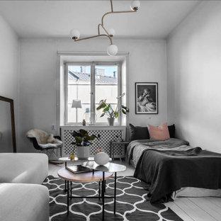 Inspiration för ett litet skandinaviskt sovrum, med vita väggar, målat trägolv och vitt golv