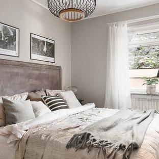 Foto på ett minimalistiskt sovrum, med grå väggar